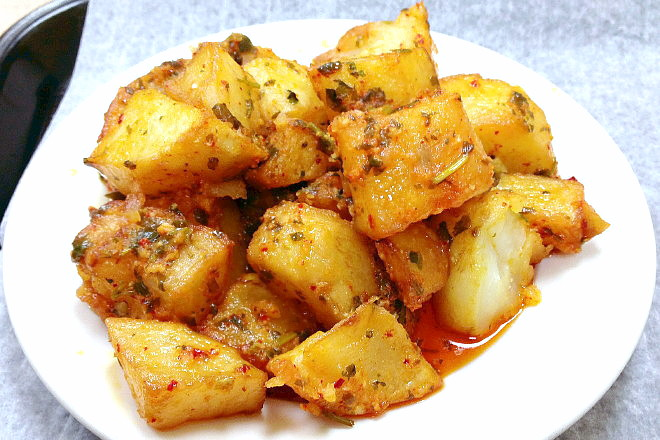 photo of spicy potatoes from Garlic 'n Lemons, Allston, MA